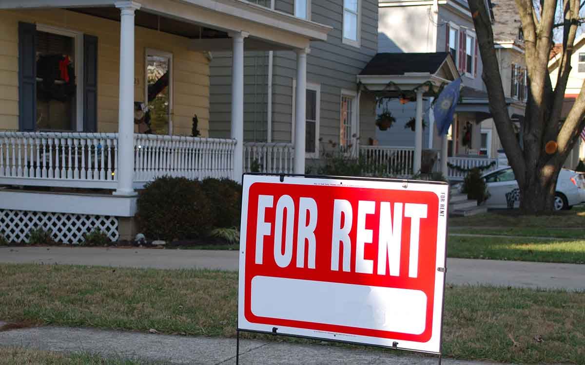 rent sign on a lawn