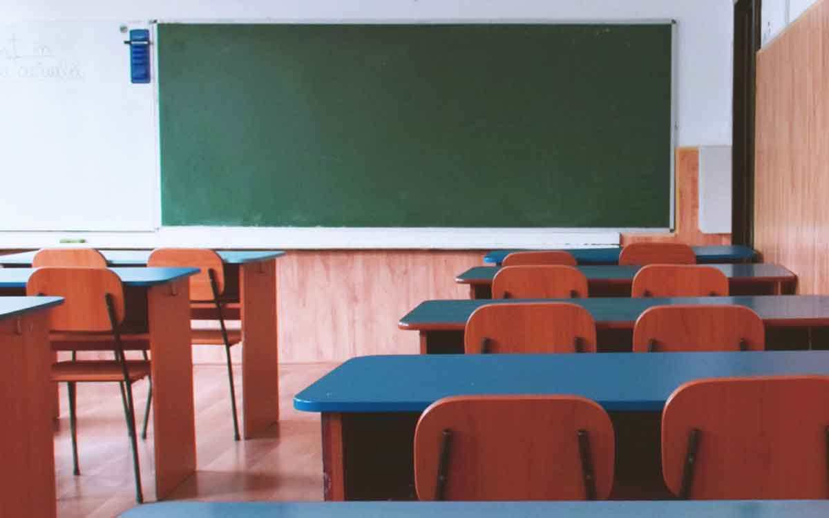 classroom with desk and chairs